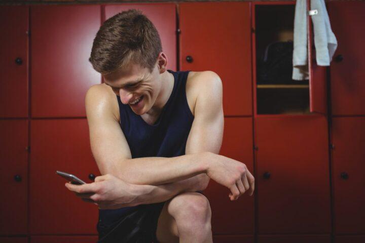 sportsman-using-mobile-phone-1024x683